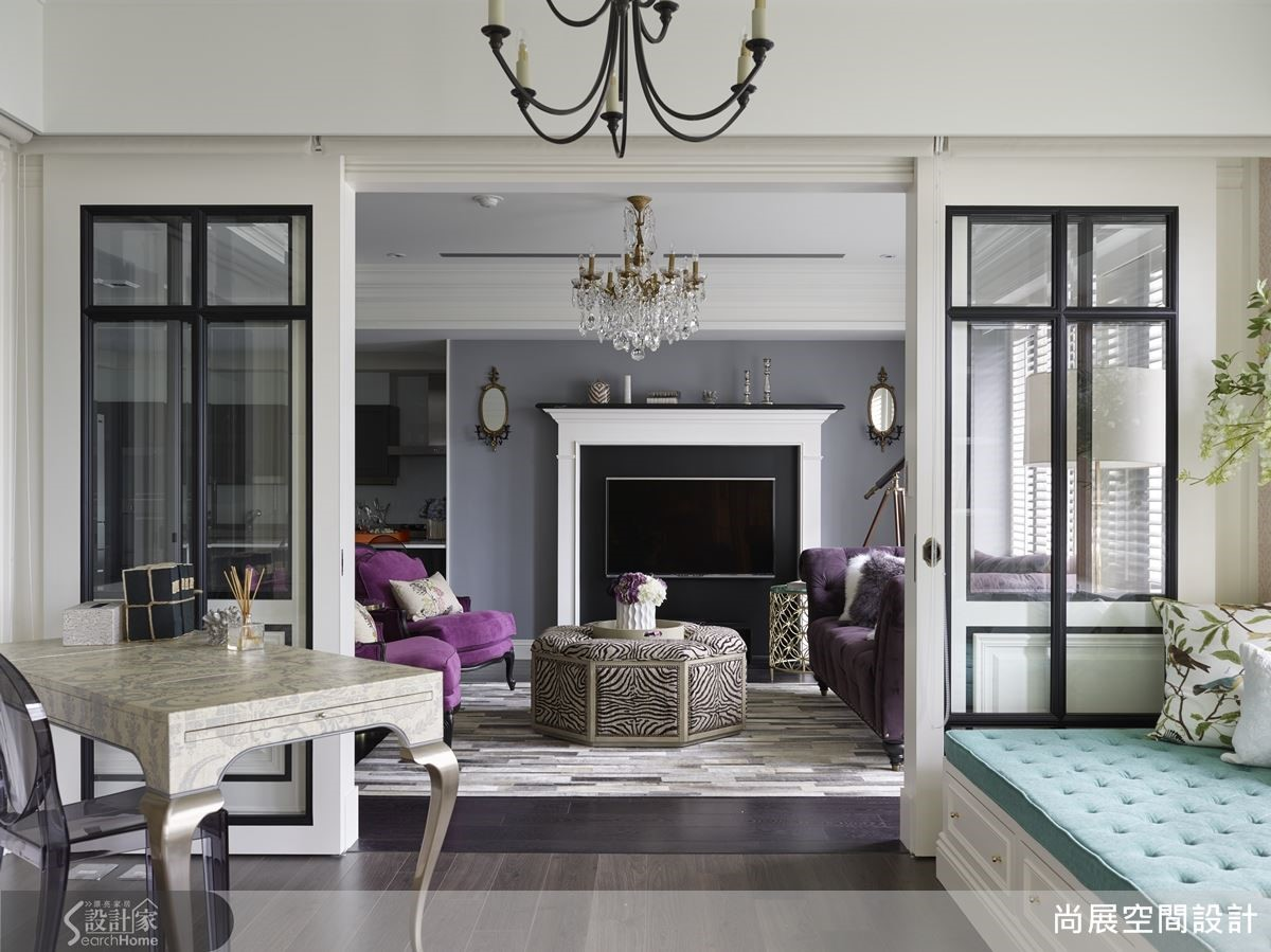 在台灣,居宅空間不如國外來的寬敞,空間可以以白色為基底,再藉由木地板、家具、壁紙來突顯色塊,調配出深淺色的和諧質調,並界定場域交織的層次感,呈現視覺上的水平擴張效果。