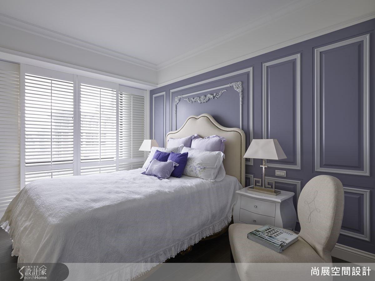 依照屋主所喜好的浪漫紫色調,妝點私密臥室空間,利用優雅的線條造型對應壁紙的沉穩質感,突顯空間的貴氣華麗,強化居家的新古典精神。讓色彩繪製出畫龍點睛的視覺饗宴,卻不喧賓奪主。