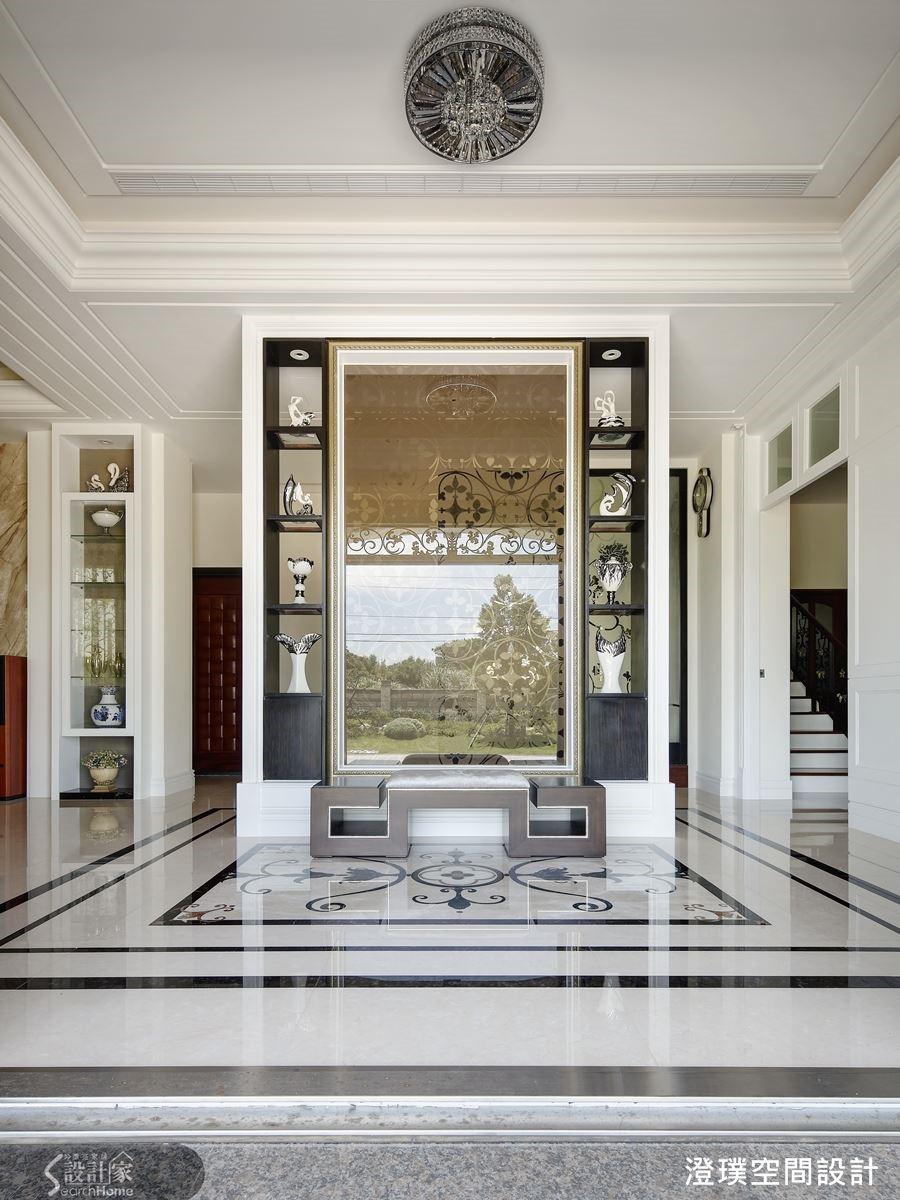 入門玄關處以一道藝術端景屏風凝聚視覺焦點,與大理石拼花地板共同構成大器美感。