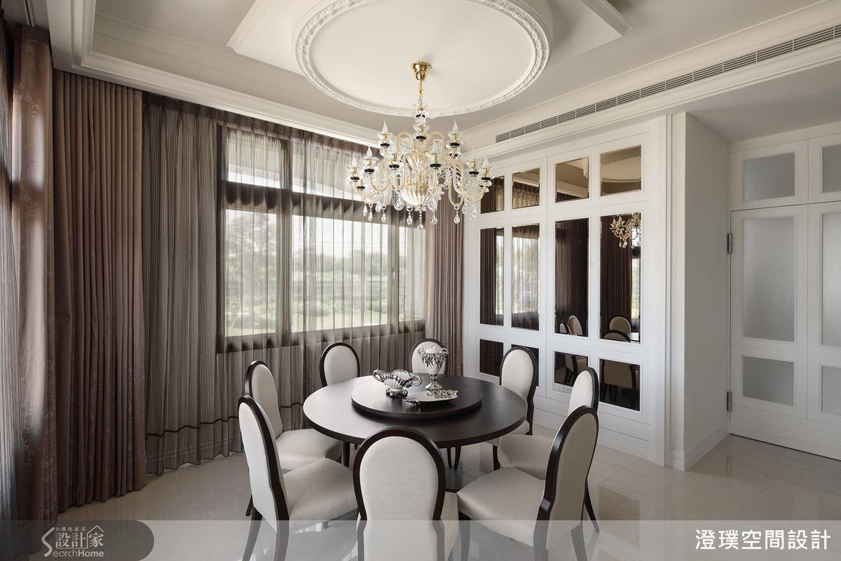 餐廳的圓形天花板與圓桌相呼應,象徵著完滿團圓的吉祥意義,並搭配一盞水晶吊燈,讓用餐氛圍更為精緻而富麗。