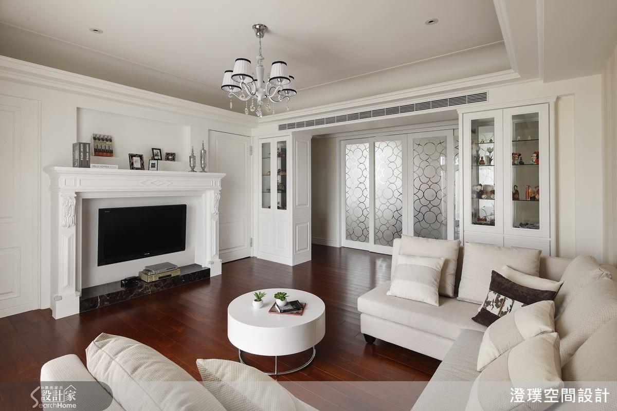 二樓另設置一處專屬家人使用的小客廳,以美式居家的壁爐意象凝聚溫馨力量,而起居室對面區域即是獨立佛堂,以噴砂玻璃拉門隔間,兼具採光性與隱私效果。