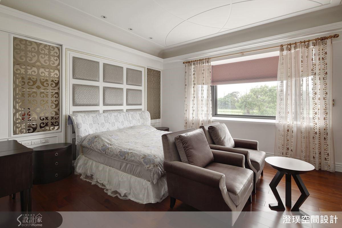 不同於一般臥房是在床尾放置床尾凳,而是放置了兩張寬厚舒適的沙發,其中代表著屋主與夫人的感情如膠似漆,倆人可以在閒暇之餘一起坐在沙發上看電視、聊聊天。