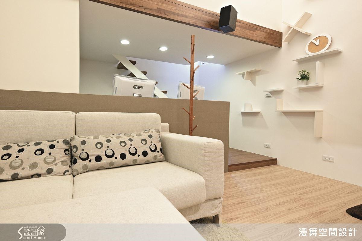 本案則是以清新的淡色木質感為主題,牆面上有如加減乘除的層板裝飾,同時也是屋主愛貓的遊戲跳台,完美兼顧了造型與機能!欣賞完整案例:漫舞_21_台北市