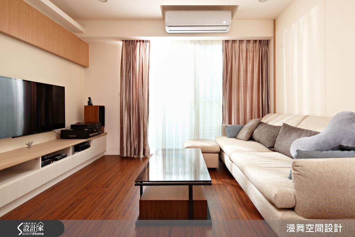 舒適的木質感地板為居家空間帶來最溫柔的呵護,在暖和的陽光陪襯下,成為凝聚家人歡笑的場所。欣賞完整案例:漫舞_36_台北市