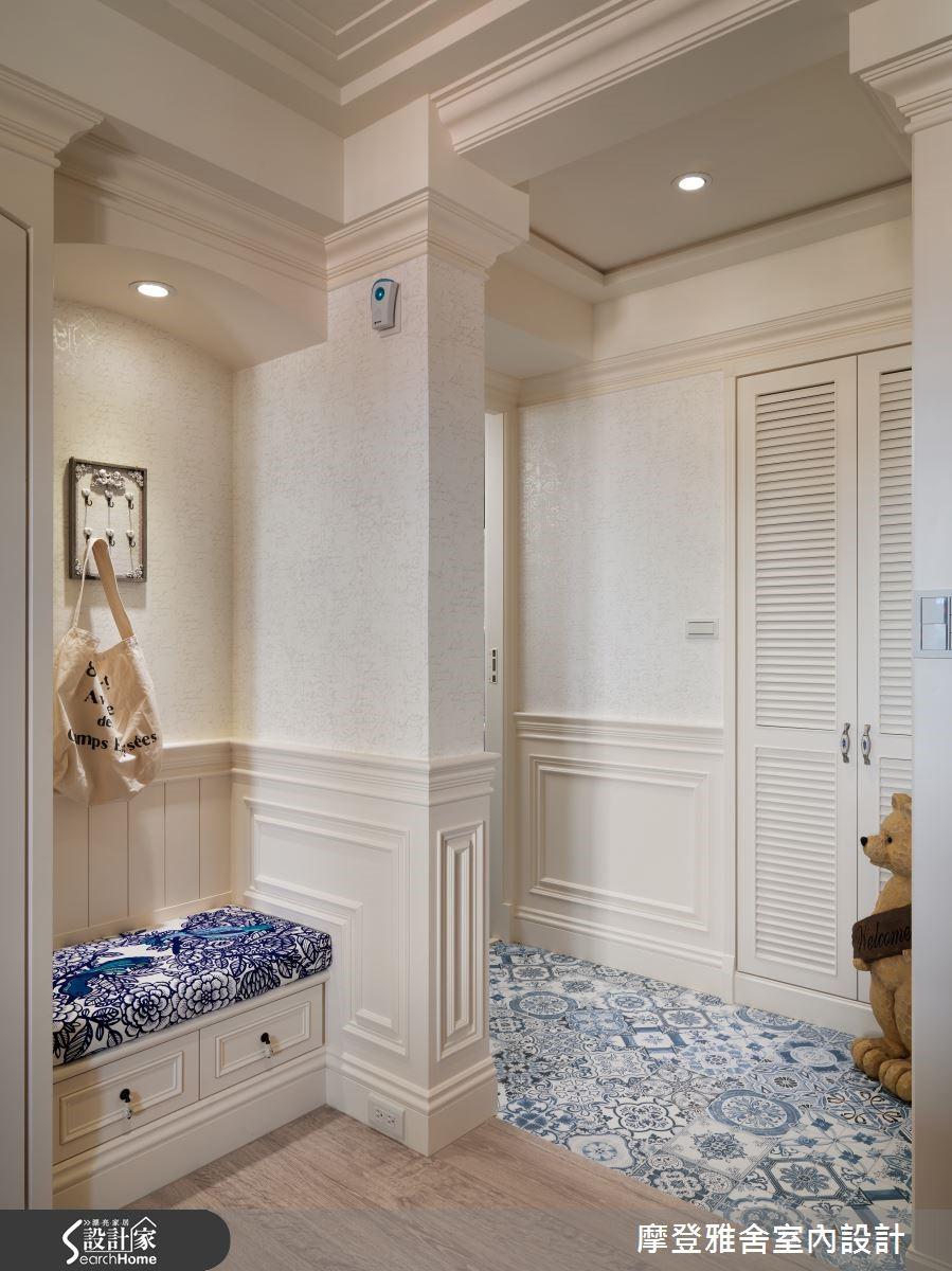 入口玄關畸零空間打造穿鞋區,且加裝鑰匙區等,注入細膩的設計巧思。