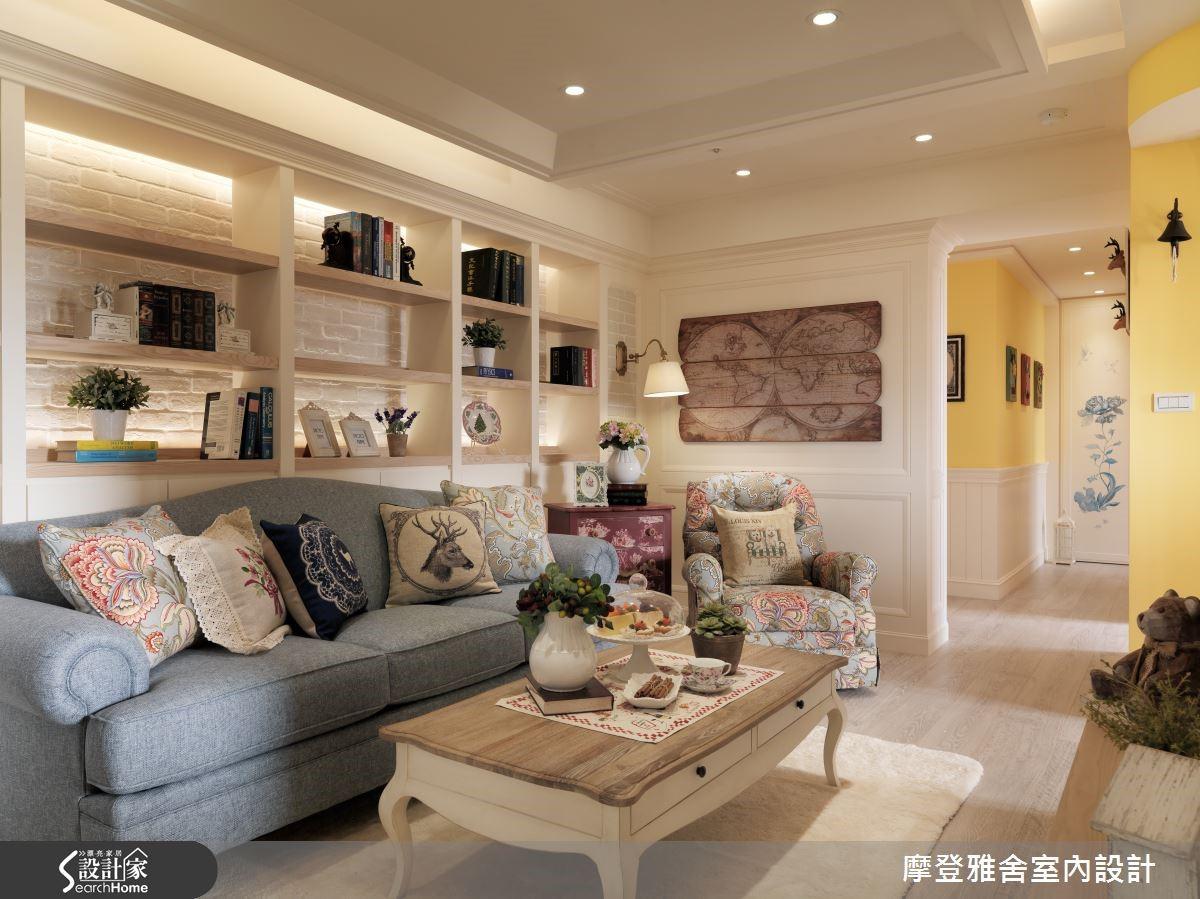 居家保有通透動線,並挹注大面積的書牆收納機能,同時運用主玄關、次玄關做出對應規劃,強化廊道景深,且在廊道底端客製手繪圖像,將儲藏室機能隱於其中。