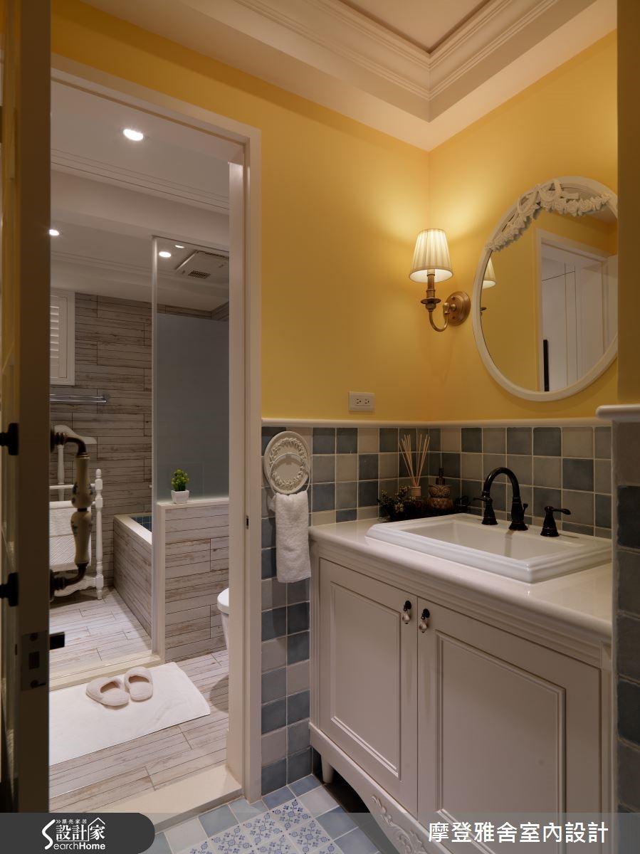 主臥跟衛浴互通,且考量採光與通風問題,將兩間衛浴做出整併,細分洗手、淋浴、衛廁區,型塑流暢動線。
