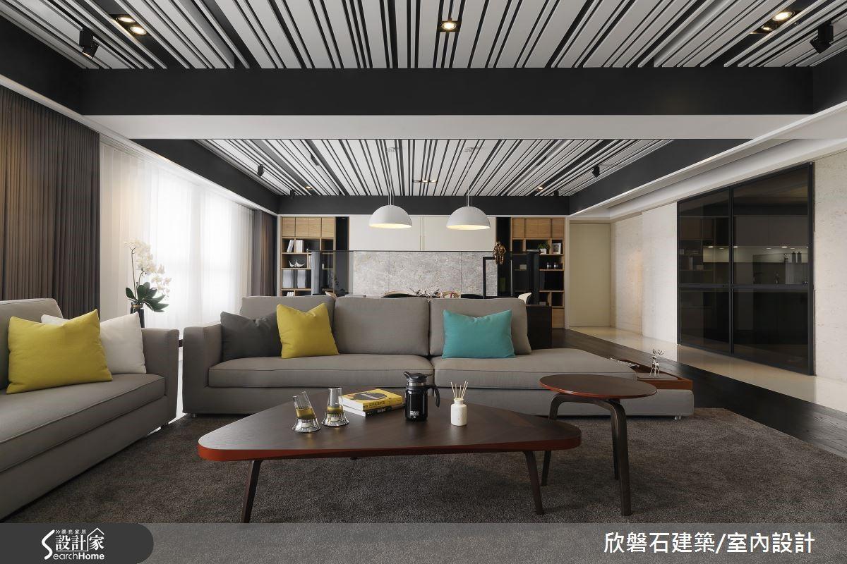 灰藍色天花貫穿客餐廳、直抵書房背牆,原始天花與大樑皆刷成墨藍,懸浮的一條條矽酸鈣板則為淺淡的灰藍;地坪是深色的胡桃木地板,深色能拉開天與地的距離,讓空間顯得較高些。