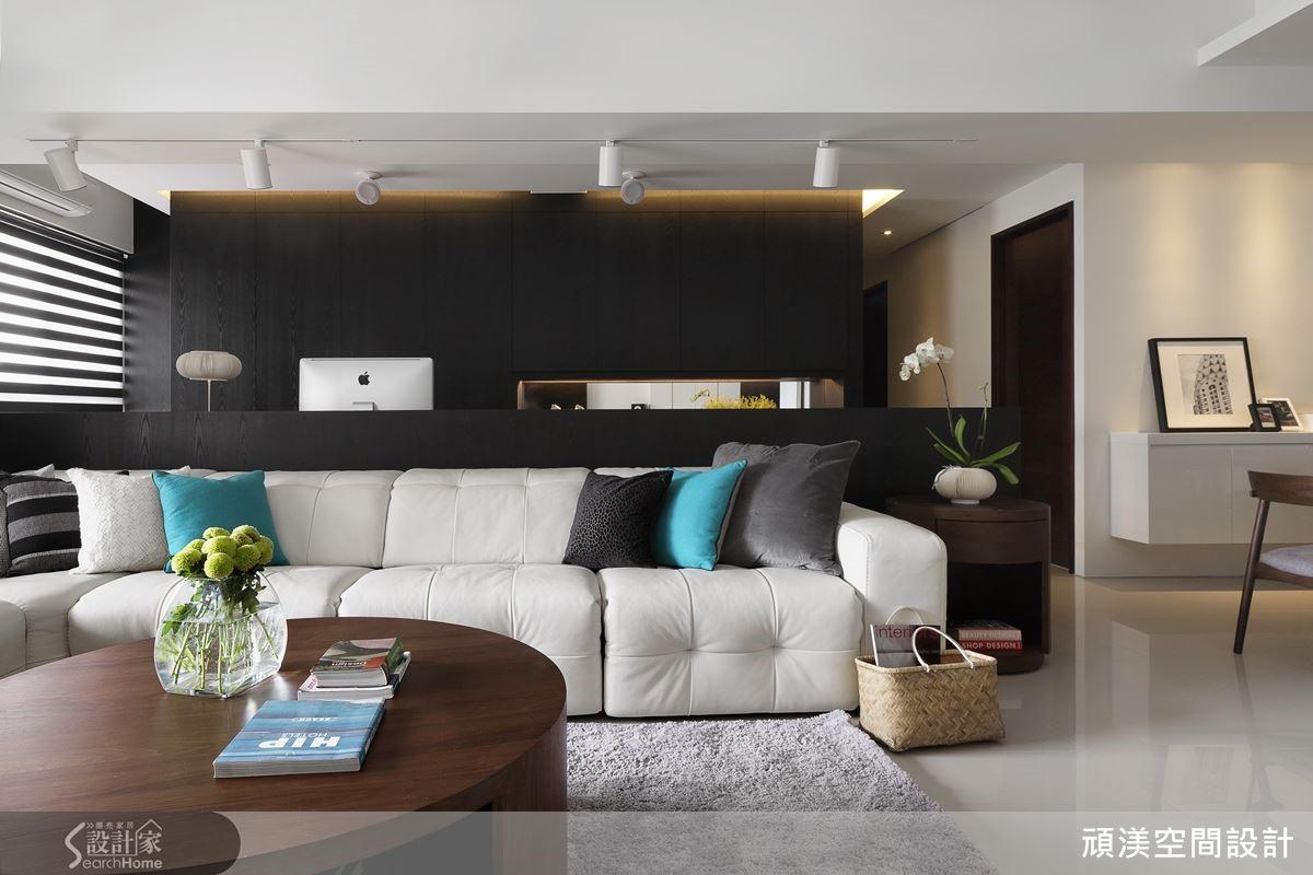 在以白為主的空間裡,對比的黑不只替空間製造強烈的視覺焦點,同時也能讓空間變得沉穩。