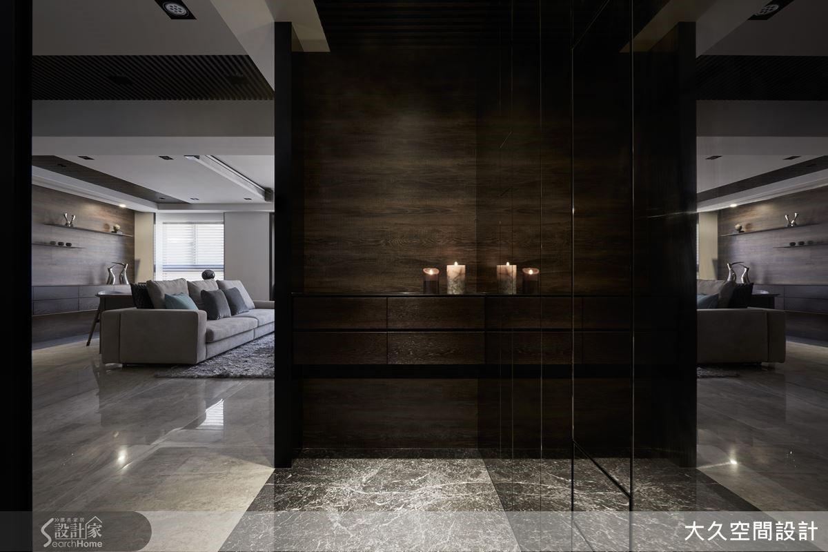 運用天然石材鋪陳玄關地面,自然的紋理凝塑高質感的品味。而端景牆跳脫常思,運用木地板拼貼,深色木皮有效穩定重心,呈現沉穩無華的氛圍。