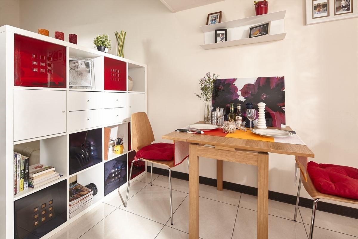 運用家具櫃體:KALLAX 白色層架組.NT.$3,995元、LEKMAN 儲物盒NT.$399元、BOTKYRKA 掛牆式層架NT.$995元。