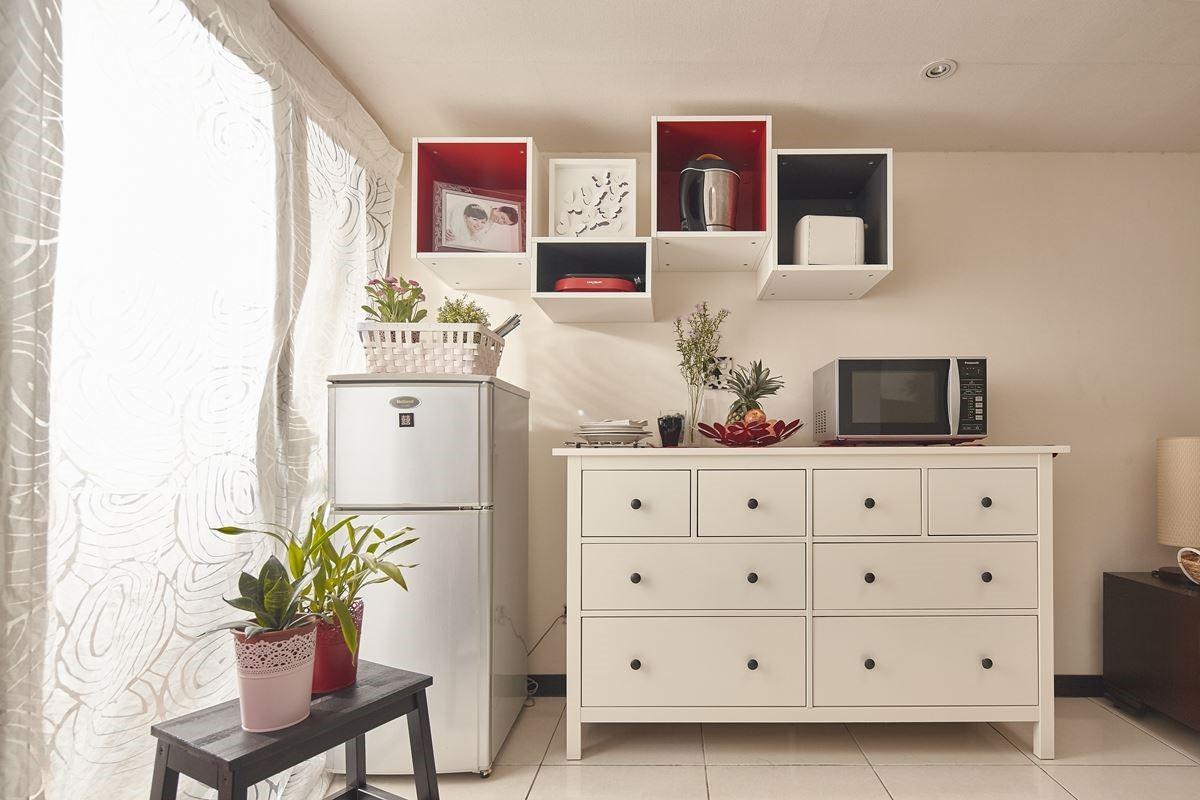 運用家具櫃體:HEMNES 白色抽屜櫃/8 抽NT.$9,495元、TUTEMO 開放式廚櫃40x37x40公分,白色∕紅色,NT.$1,295元。