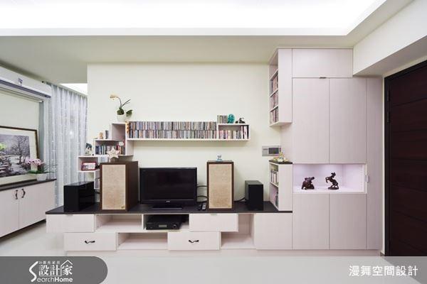 客廳電視牆往往也兼具展示機能的效果,透過虛實量體表現與展示層架設計,再加上燈光元素,電視牆也可以既實用又好看。(看完整案例:漫舞_18)