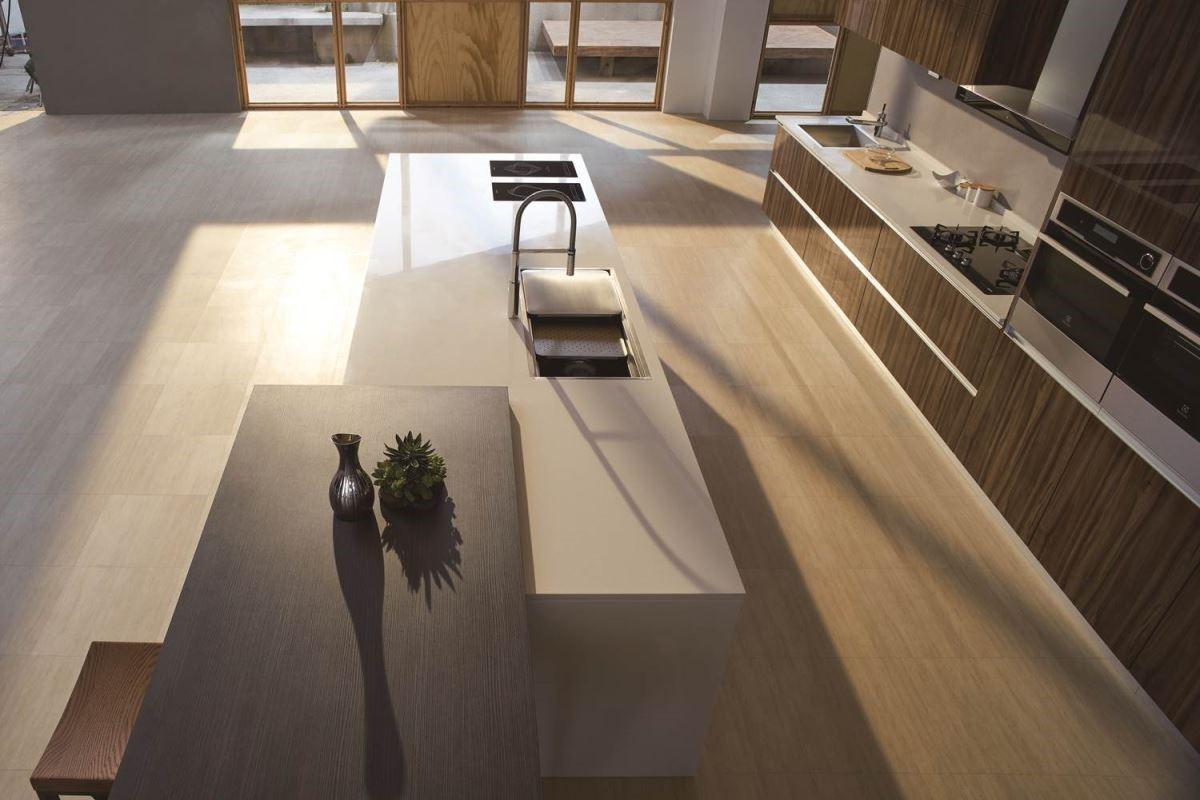 木紋溫潤舒適的感受,跳脫以往的建材,隨著科技的進步,與時俱進的研發,讓生活的品味提升,讓進廚房的人都可以感受生活在森林自然般,享受紓壓的清新從容。圖片提供_櫻花廚藝生活館