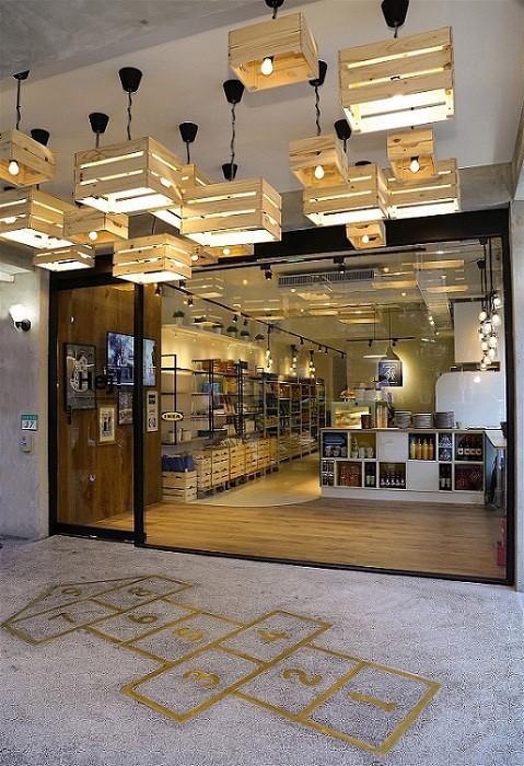 創意利用 KNAGGLIG 儲物盒,巧妙變化成入口處天花板裝飾燈,特殊造型搭配台灣傳統磨石子地板及台灣童趣遊戲-跳房子,讓消費者眼睛為之一亮。圖片提供_IKEA