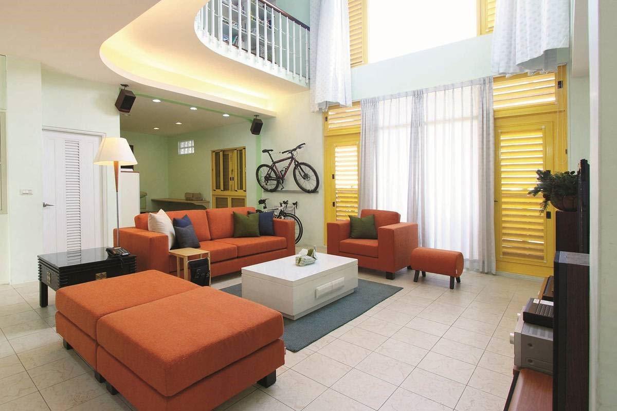 擁有挑高優勢的居家空間,不妨選擇「1+2+3 」的沙發組合,如同積木拼貼般搭配豐富色彩,營造完美層次節奏。方程式沙發 1 + 2 + 3 組合/尺寸依空間擺設,建議空間寬度在400 cm 以上。/標準價格:90,000 元