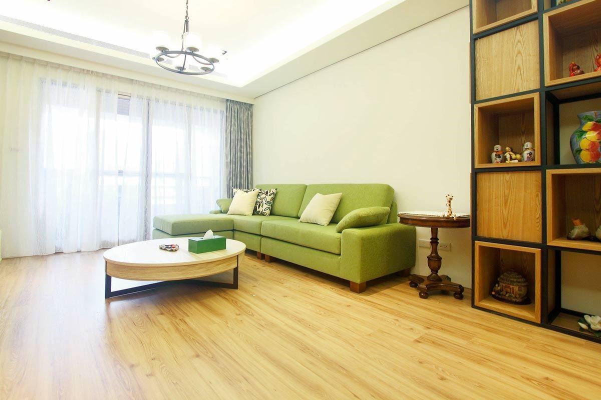 自然森林系的木質感空間,最適合搭配質感柔和的布料沙發,為全家人的相聚時光增添更溫馨的氛圍。水咚咚沙發四人座/W280 x D84 x H82 cm/標準價格:62,000 元;水咚咚腳几/W82 x D76 x H42 cm/標準價格:8,000 元