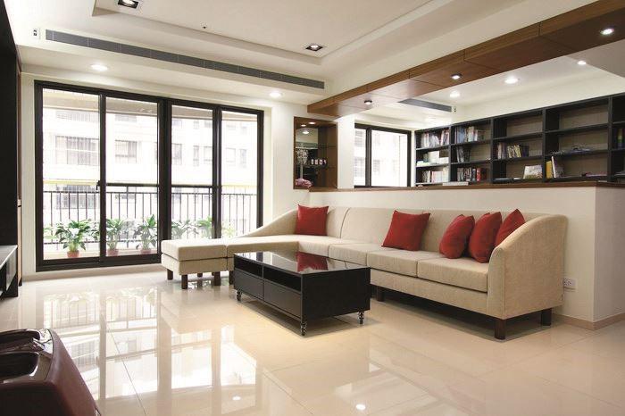 從貴妃椅的形式發想,以浪花般的流線造型,型塑浪漫而優美的曲線設計,增添居家空間的藝術氣息。浪花沙發 3L 組合/W264 x D168 x H81cm/標準價格:65,000 元