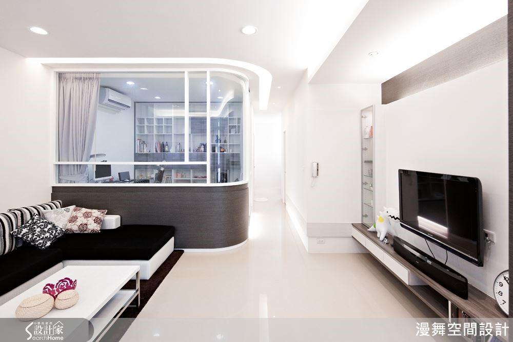 例如本案將一間多餘的臥室改為玻璃書房,整體通透感立刻放大許多。(看完整案例:漫舞_20_新北市三重)