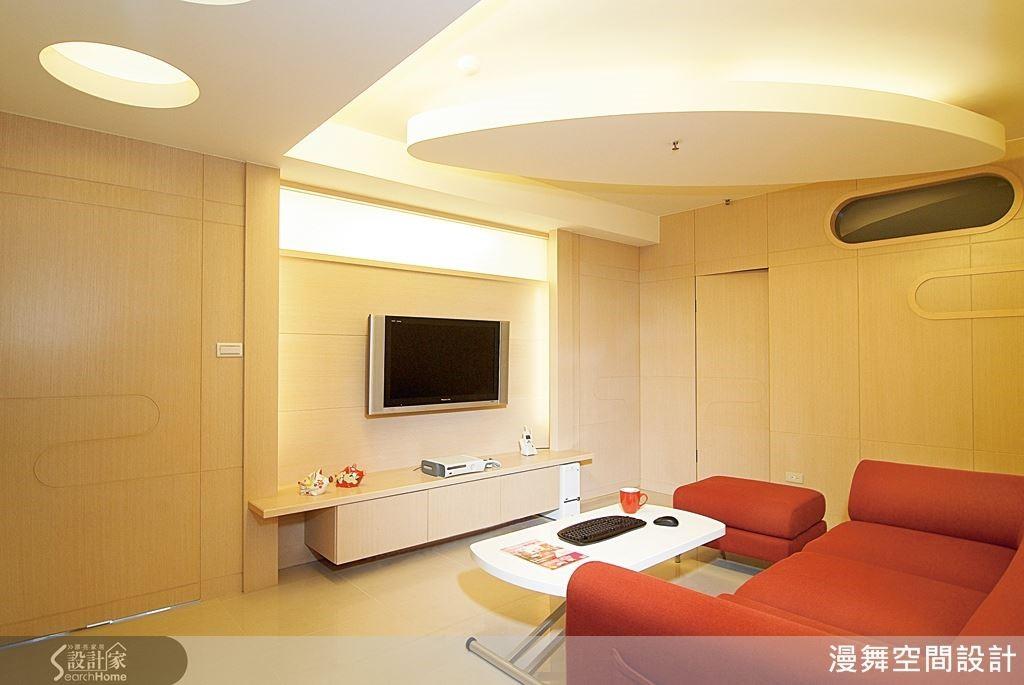 運用圓形的幾何樣式打造天花板,讓老屋具有活潑的現代美感。(看完整案例:漫舞_03_台北市)