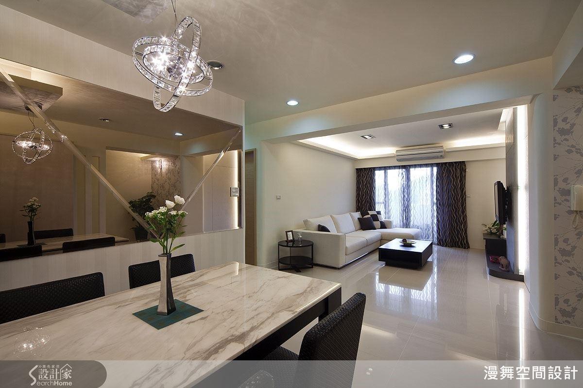 本案屋主希望老屋翻新不需要太奢華,但「想要有新房子的感覺」,因此林育如以大理石材鋪陳電視牆,讓空間呈現新穎而典雅的氣質。(看完整案例:漫舞_43_台北市大安區)