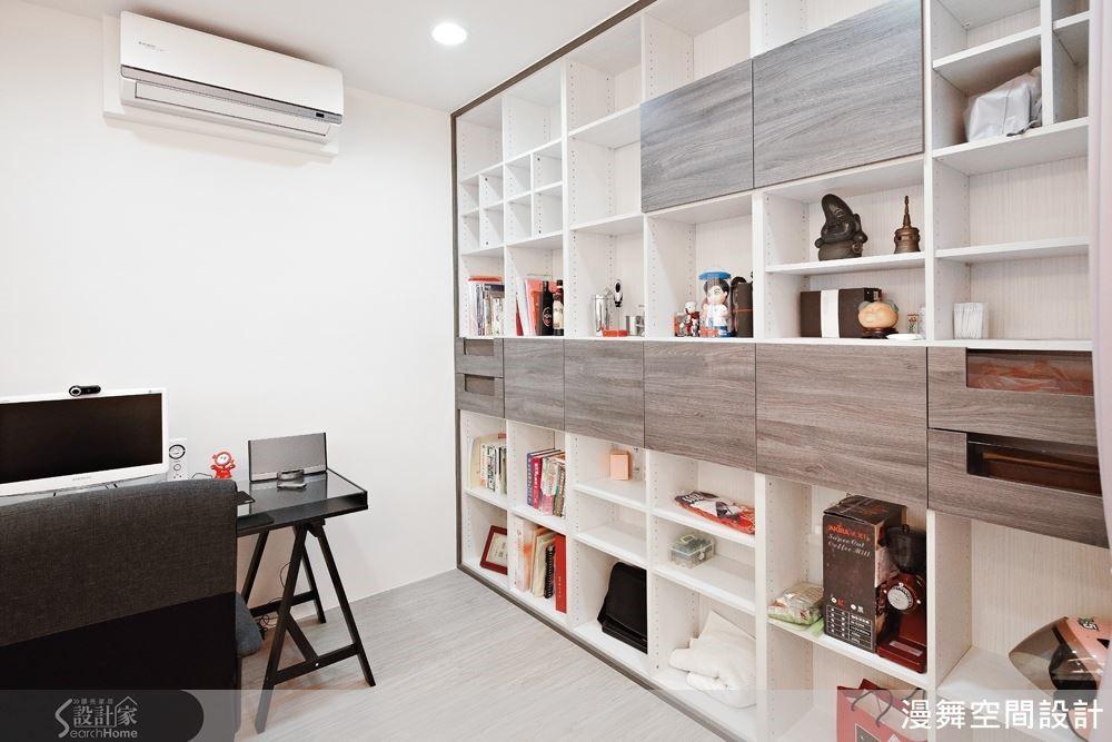 系統櫃可以依照需求規劃裝飾門片或大小不同的格子,就像拼圖一樣能為居家空間創造自由而豐富的展示效果。(看完整案例:漫舞_20_新北市三重)