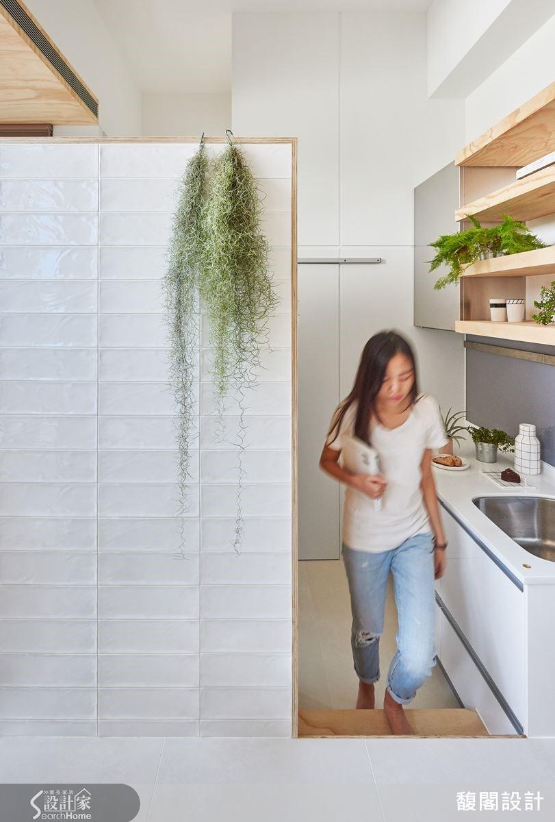 因應不同的天花板高度,刻意向下幾階才是廚房,透過錯層設計,達到空間界定效果。