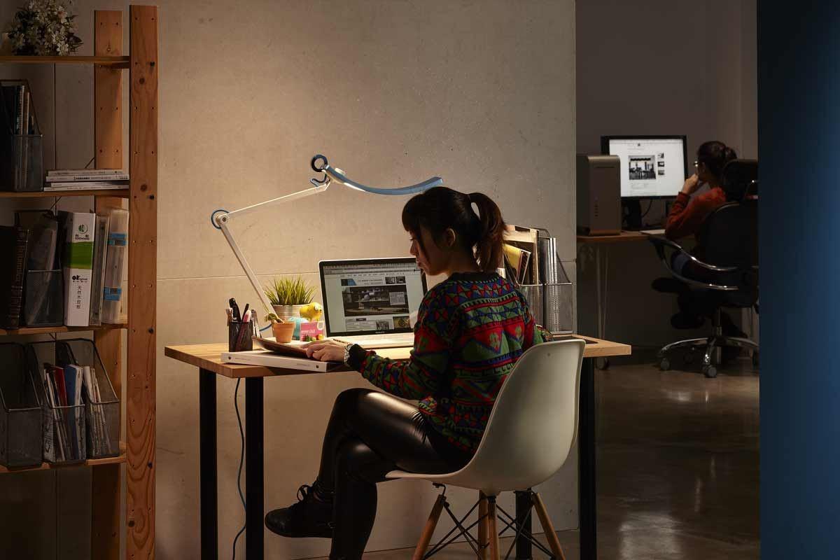 溫潤的黃光可大幅降低進行螢幕閱讀時眼睛的不適。