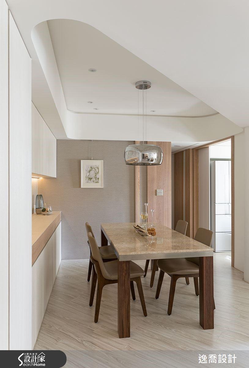 藉由天花板造型界定出餐廳區域,無須額外隔間便有自成一格的清晰層次。