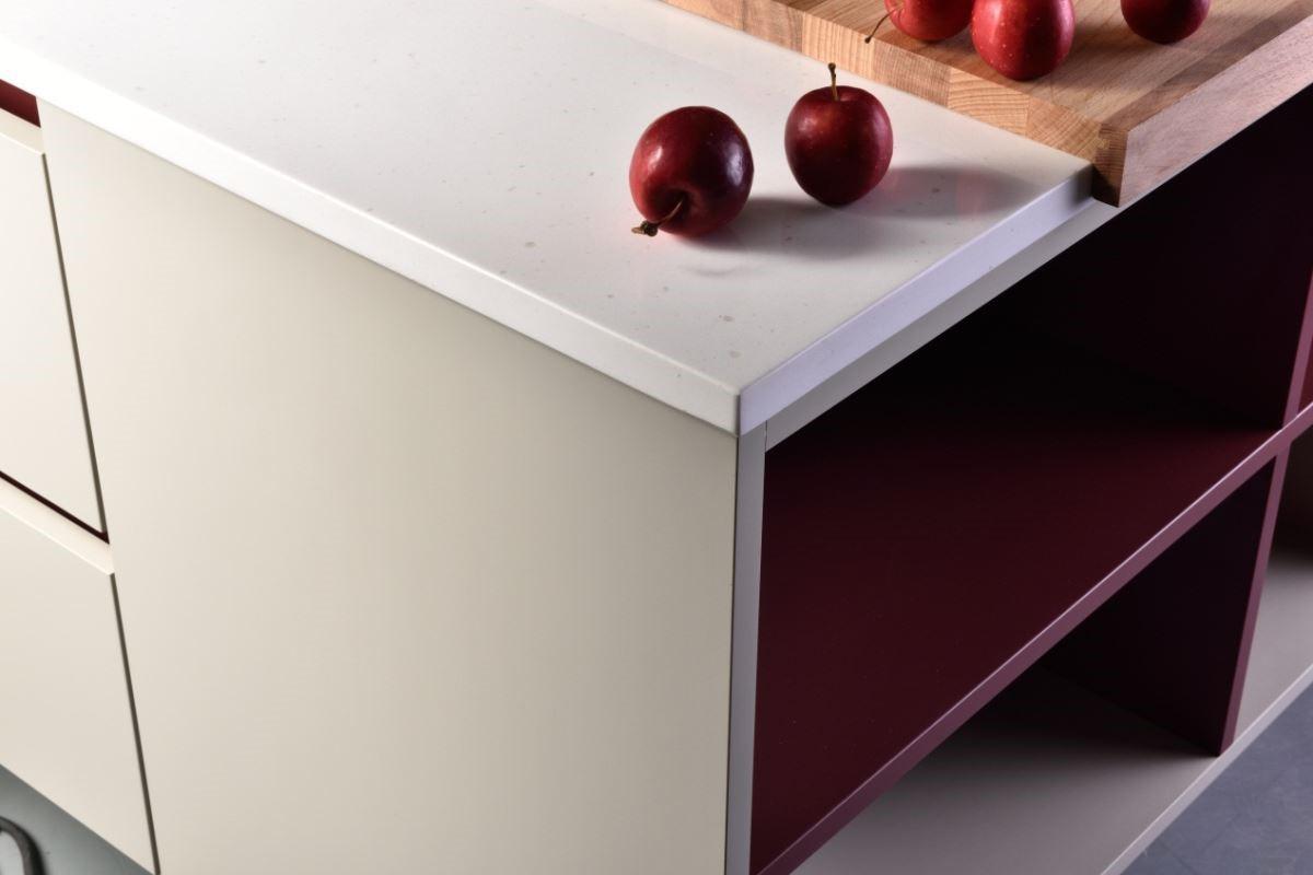 歐洲最新的門板材質-米洛MILLOU系列,表面觸感如同嬰兒肌膚般柔嫩細緻,在顏色選擇上目前引進也是歐洲最新流行的貝殼灰及白色,以亮面與霧面材質交錯混搭,讓整體視覺有著裡外都散發出簡潔洗鍊的色彩平衡美學。