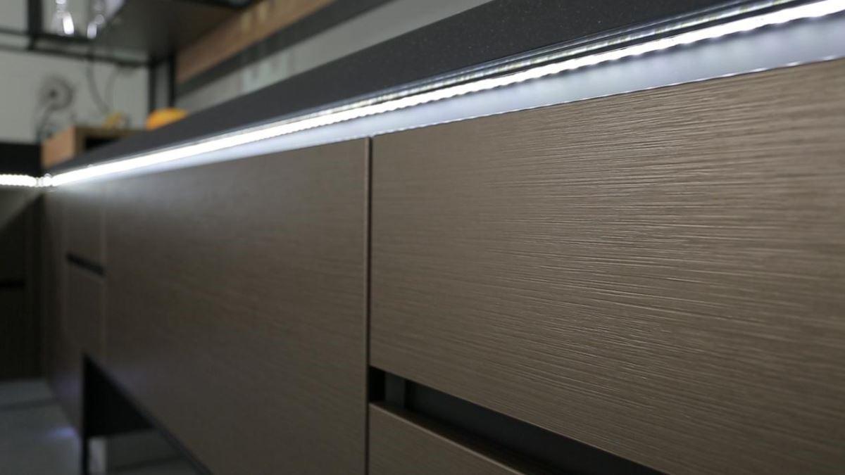 現今居家風格最蔚為風潮的莫過於LOFT 工業風設計,LOFT 風格中最重要的鐵件元素,搭配深色緞面紋理的材質,將廚具打造出深具個性與視覺美感。圖片提供_雅登廚飾