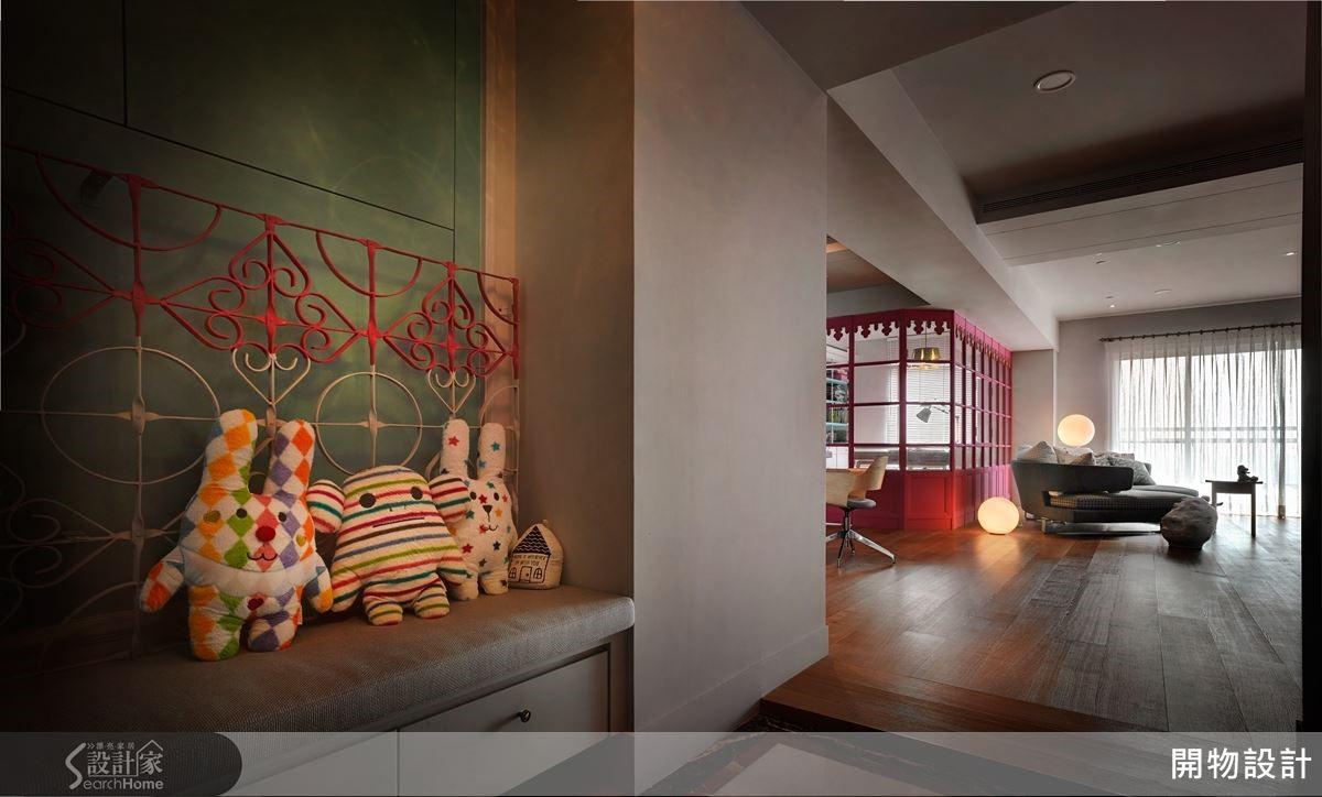 玄關穿鞋椅建材取自回收老窗花鐵架,採雙色處理製成椅背,充滿復古情懷。