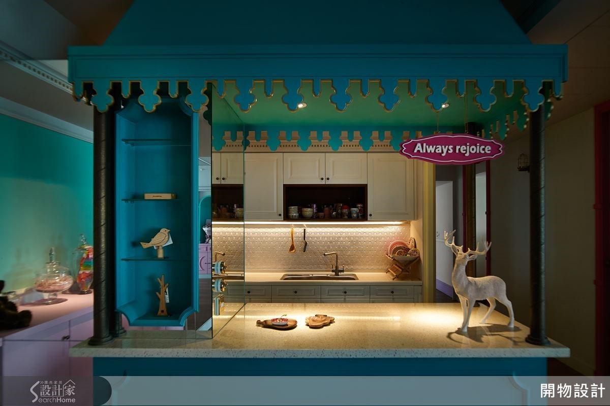 帶入童趣餐車設計,一旁連結鏡面材質,除了放大場域,更做出廊道延伸的錯覺;同時加入金漆元素,及古典線板收邊的重複語彙,給予凡爾賽宮的華麗意象。