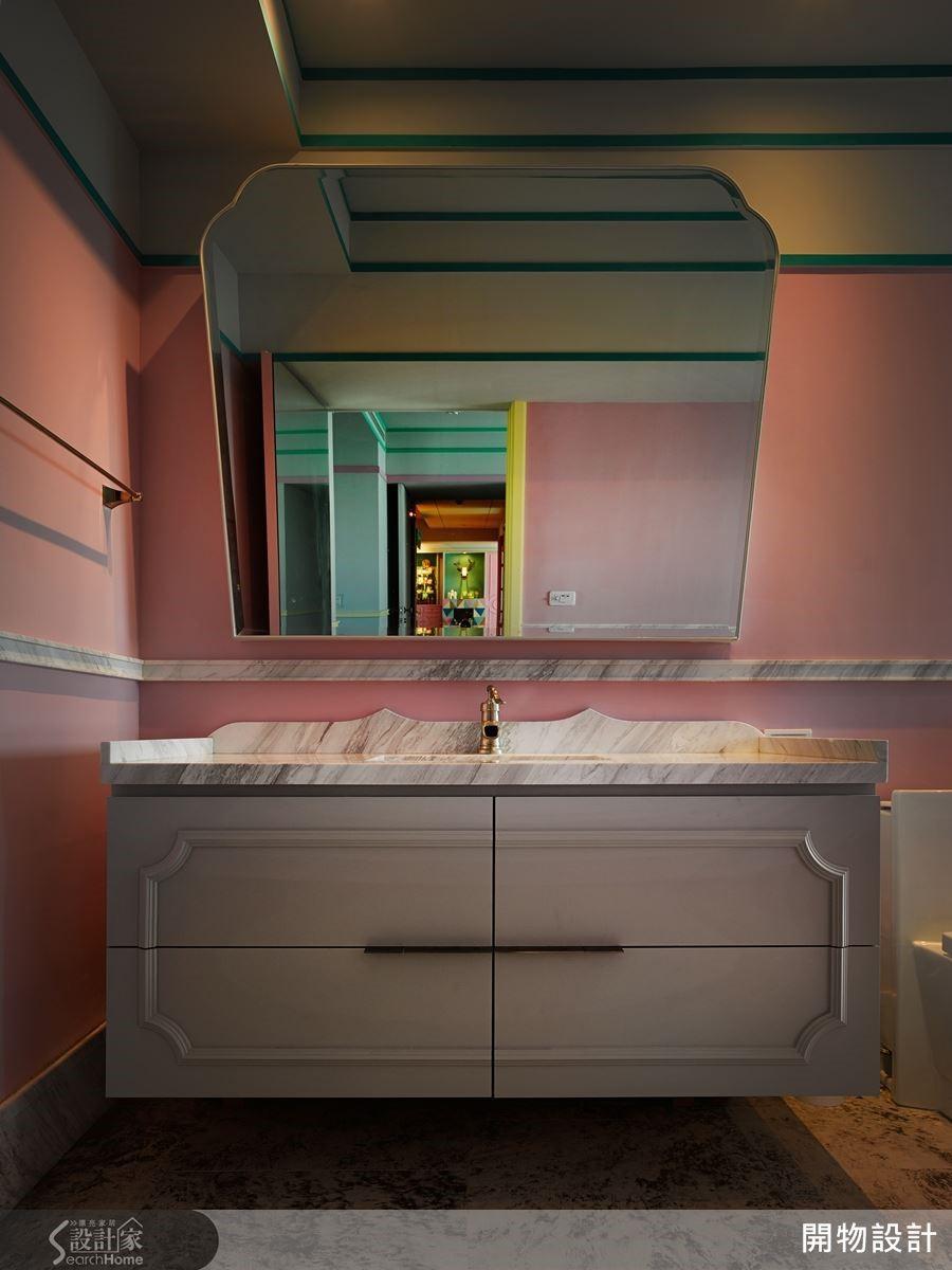牆面選擇戶外防水漆,地板鋪陳具繡鐵質紋的進口瓷磚,以建材呈現空間美感,但同時可承受空間濕度;並讓衛浴鏡突破方或圓的造型語彙,裁切成趣味線條。