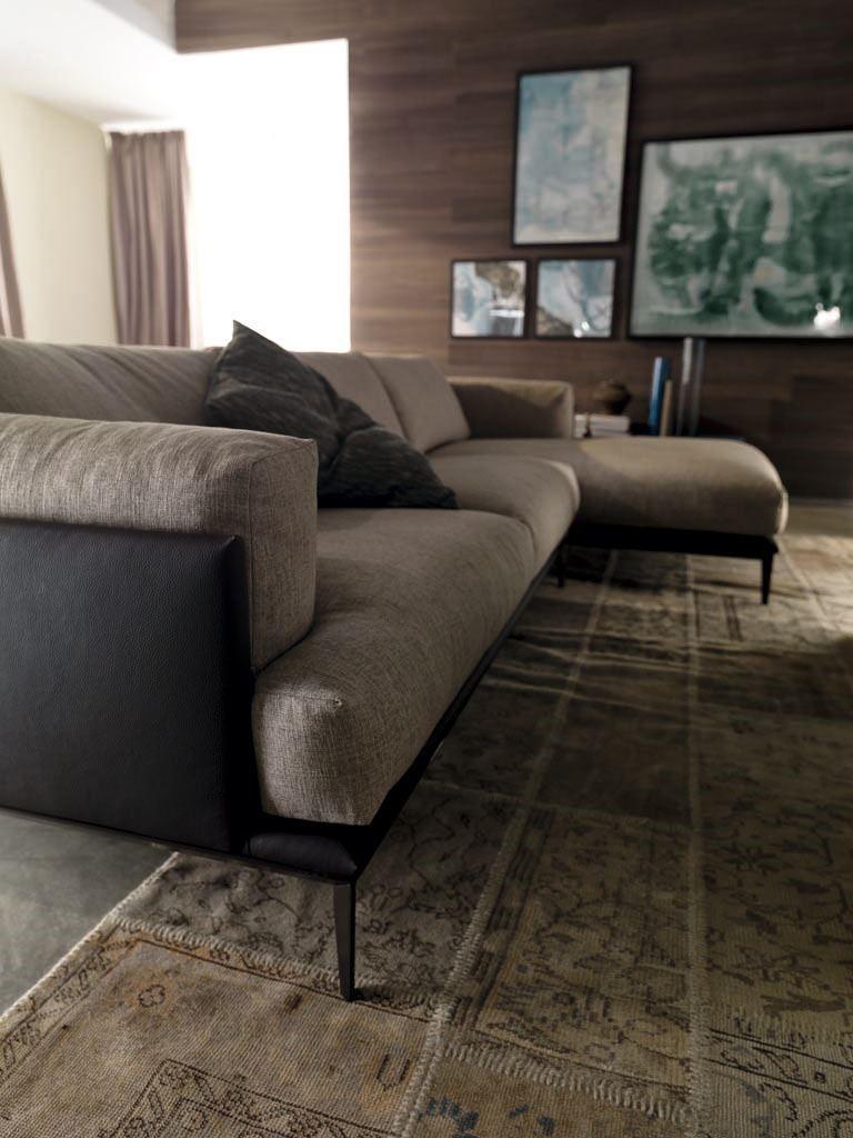 EDO 以皮、布混合設計,坐墊、椅背、扶手內含柔軟羽毛,是戀家族首選。