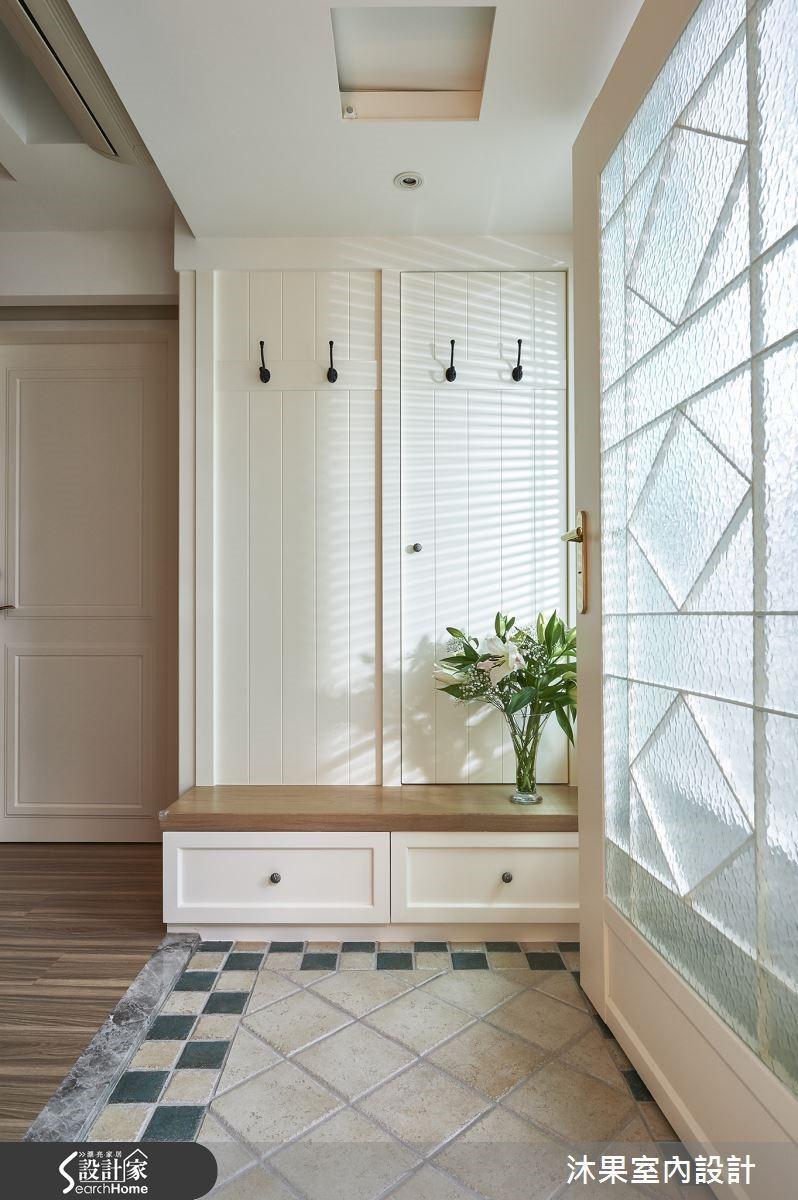 乍看為雙開門櫃體的左側其實是房屋內部的結構柱體,右側才是真實的收納櫃,更利用吊衣鉤環塑造平衡典雅的視覺觀感,將柱體巧妙隱於無形。
