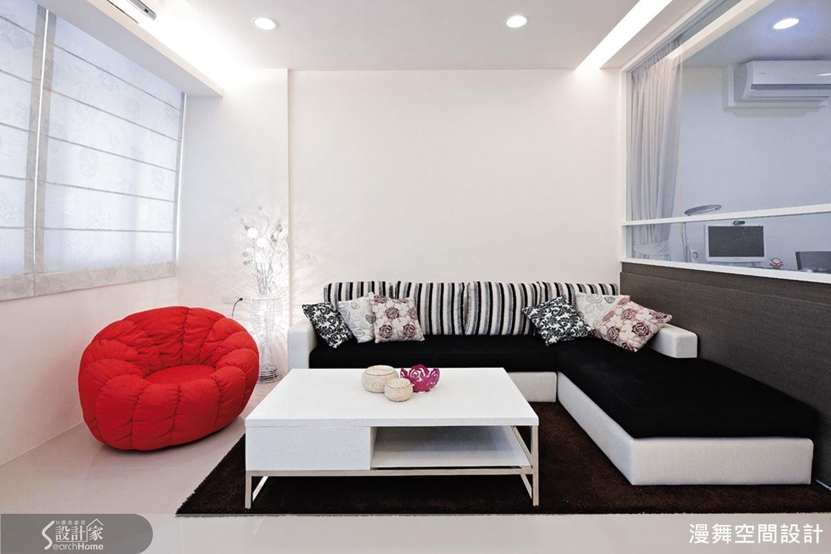 例如本案經過重新粉刷後,明亮純白的空間裡巧妙搭上一座鮮豔的梅紅色單椅沙發,讓這間十五年以上的老屋煥然一新,是不是很有年節的喜氣氛圍呢~