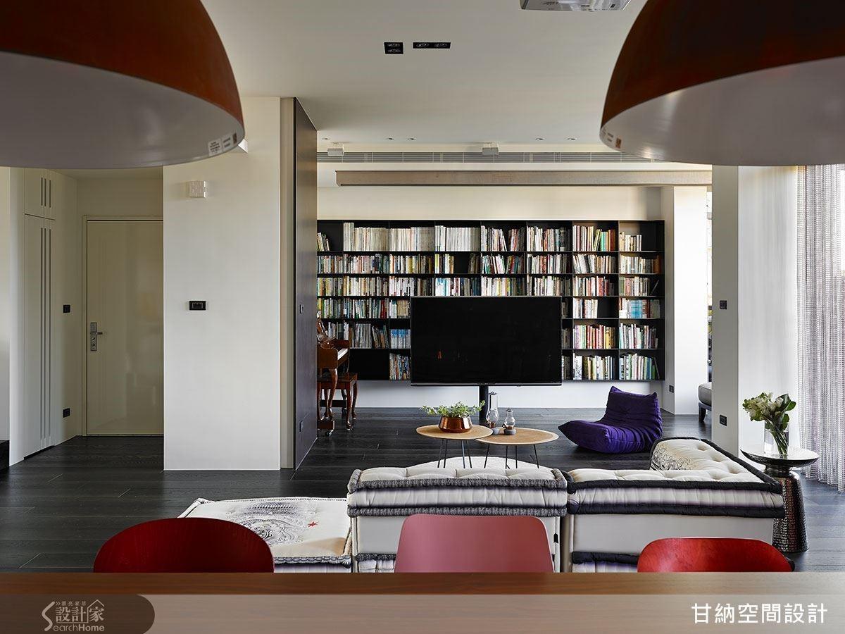而因應屋主夫妻愛好閱讀的習慣,本案沒有制式的電視牆,而是在立架電視後方安排一整面的書櫃,電視在此反而變成了「需要時才會看」的附屬品,不會霸佔一整個區域,讓空間更符合屋主真正的生活型態。
