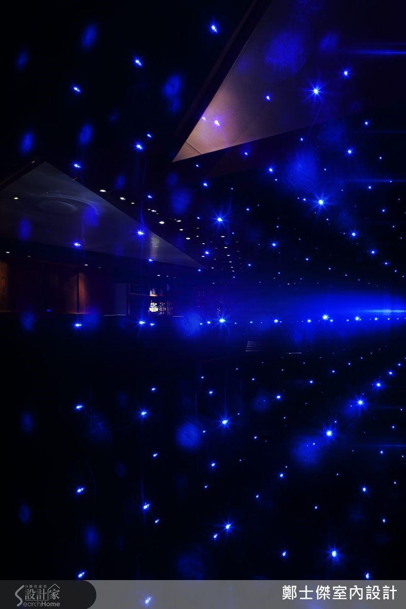 鄭士傑以燈光與色彩營造意境,很有倉俣史朗的特色。