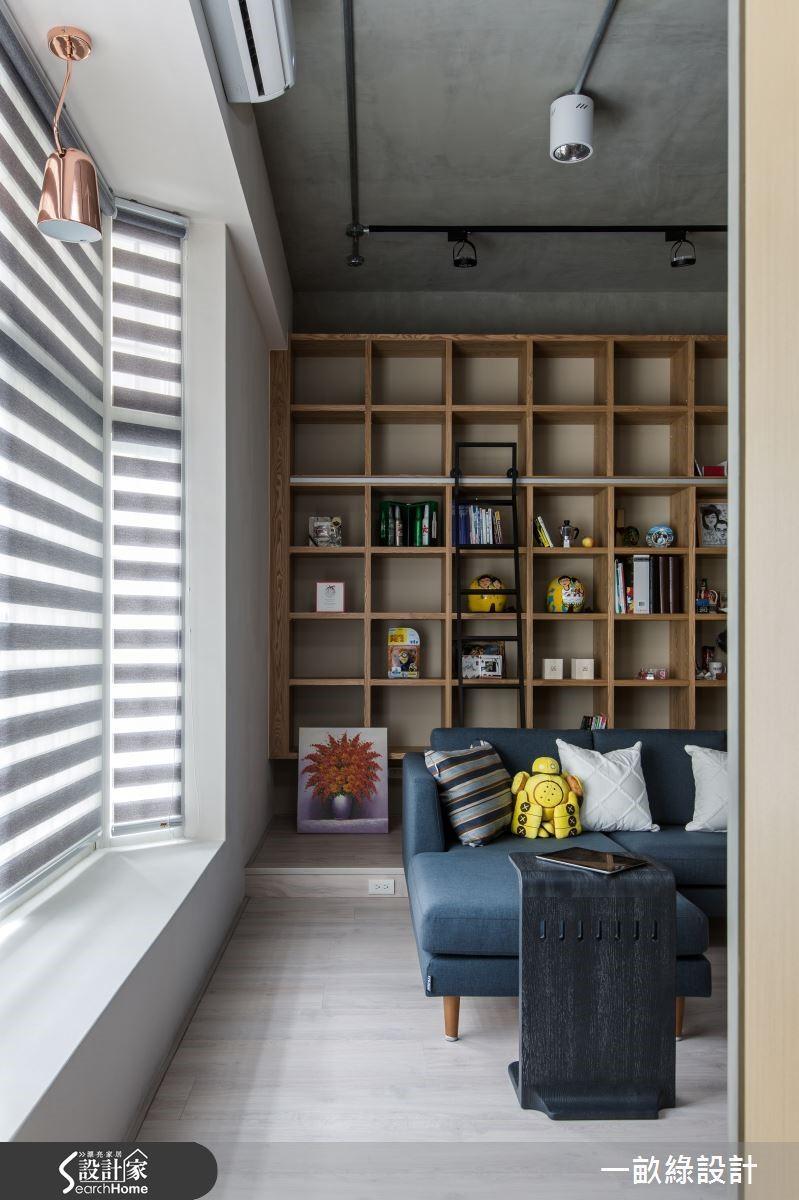臨窗處特別留下走道,沙發不靠牆擺設,既可擁有流暢的生活動線,也能在窗台旁感受日光的溫柔盈洩。