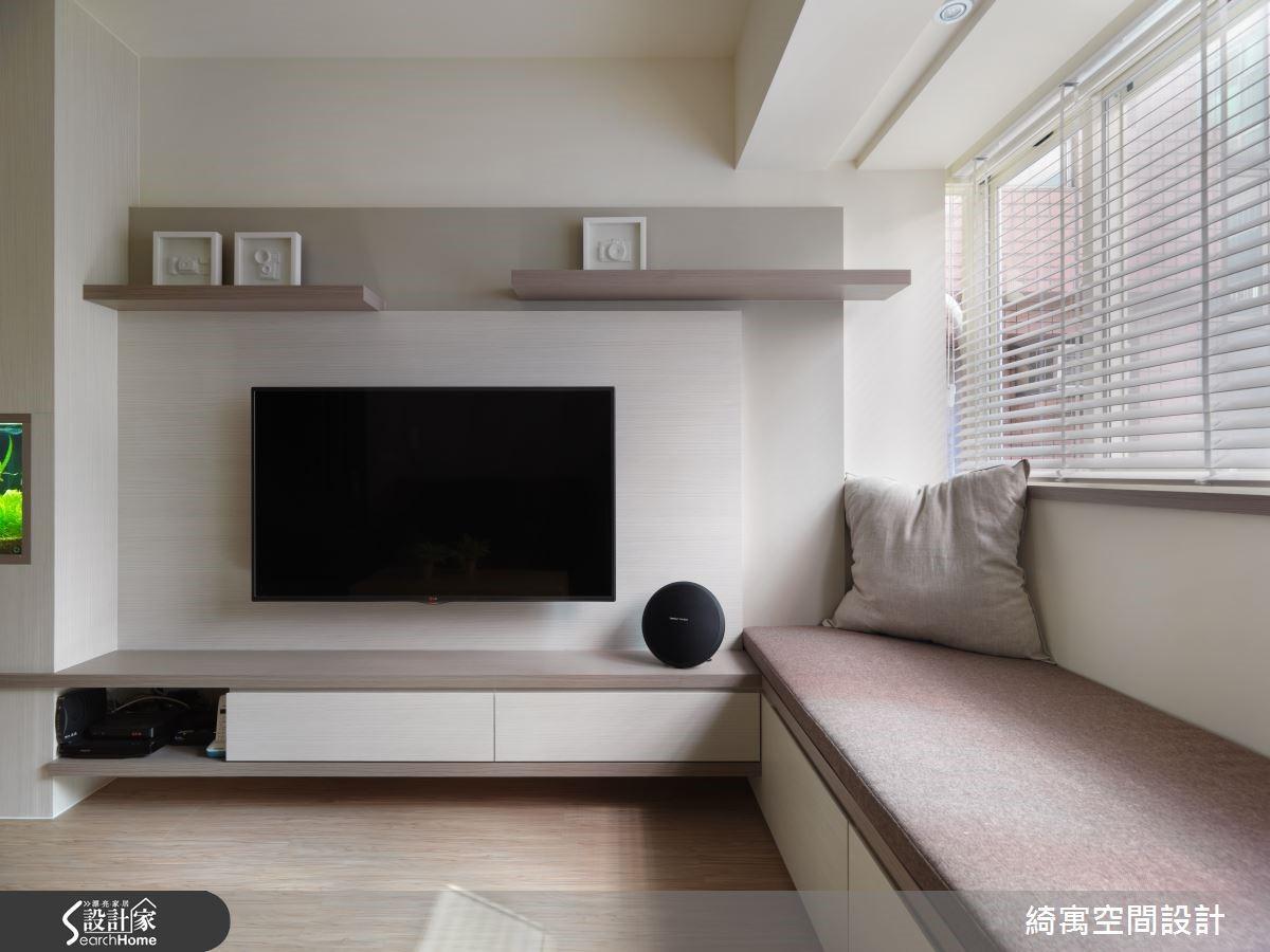 室外的光影經由百葉窗斜斜照進空間,打在淺灰色的電視牆面上,就算不開電視,看著光影的流動發呆,也令人相當愉快。