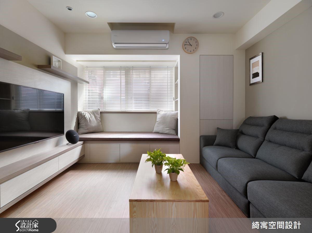 換上輕便的居家服裝,超耐磨木地板讓人在家中能夠更放鬆,即便赤腳都很舒服呢。