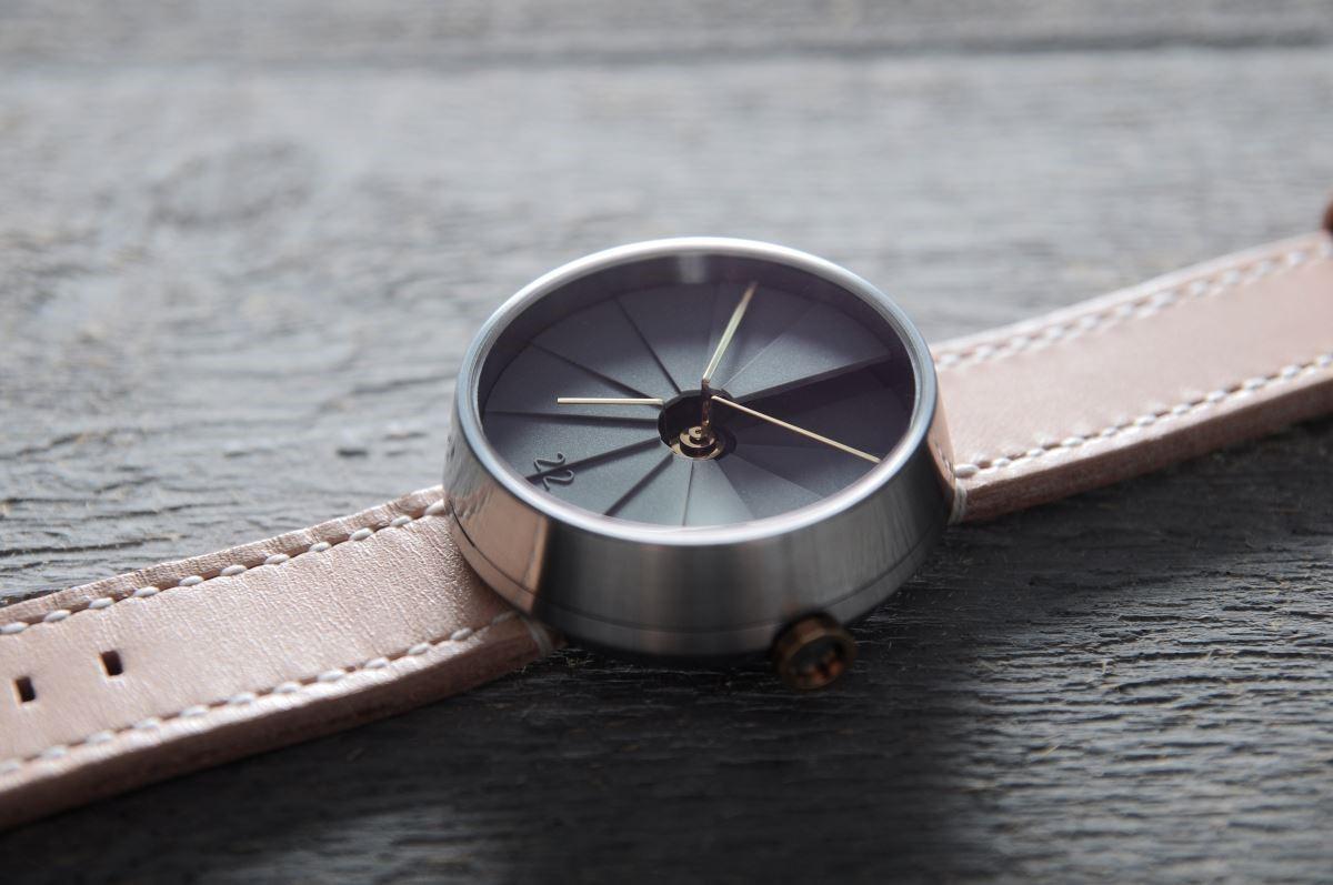 台灣設計品牌 22TM 所設計的旋轉樓梯腕錶;面盤為樹脂水泥材質。