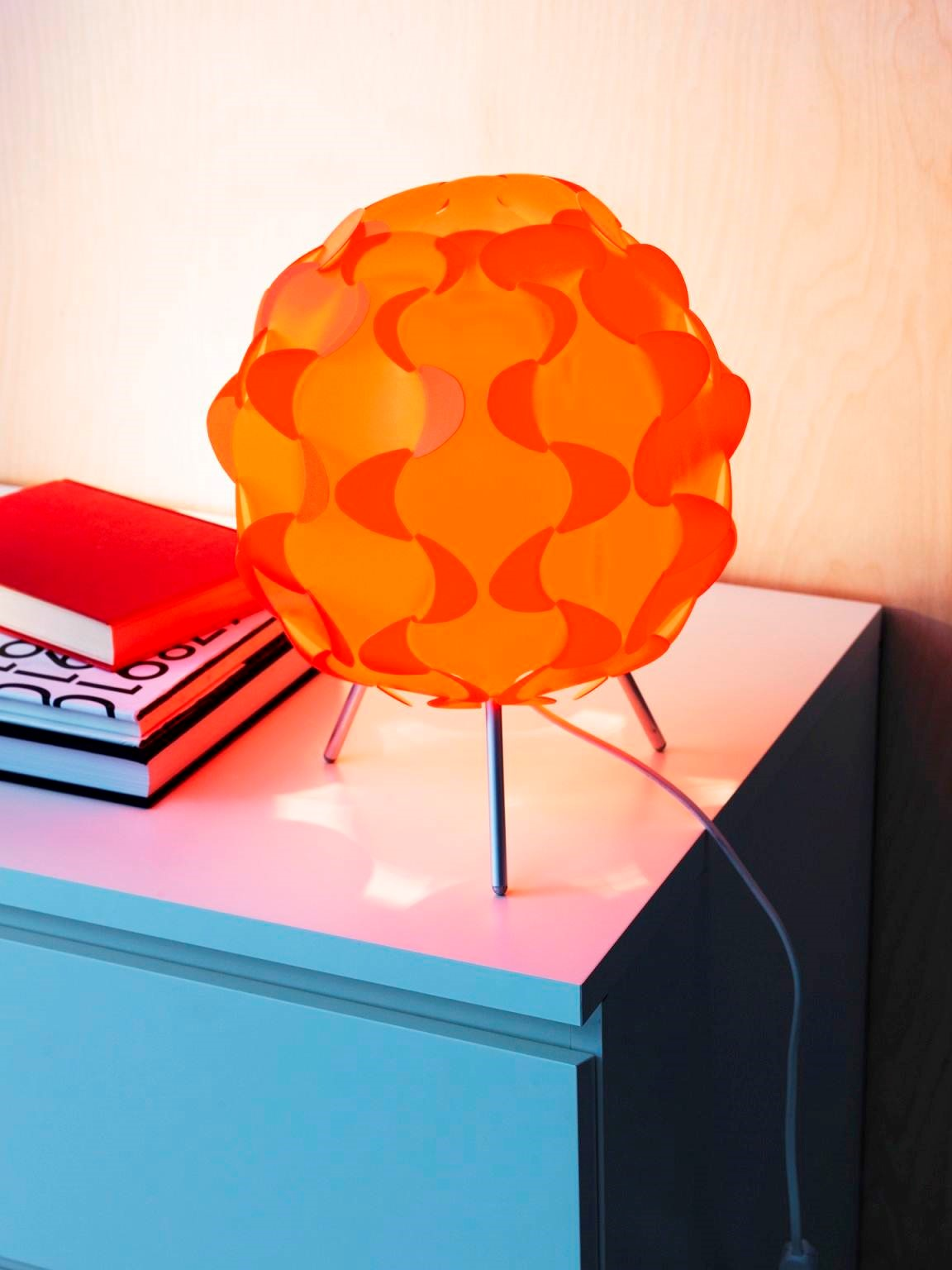 FILLSTA橘色桌燈的柔和光線,可為居家空間營造柔和溫馨的氣氛(原價$699/特價$299) 圖片提供_IKEA