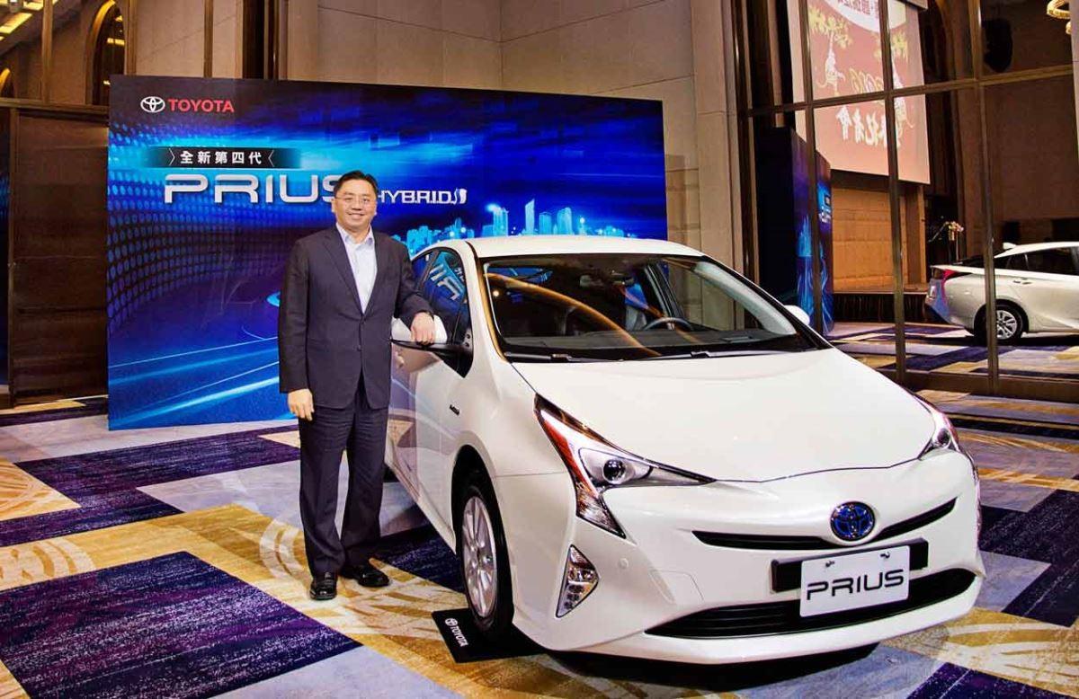 和泰汽車總經理蘇純興與 TOYOTA 全新第四代 PRIUS 合影。