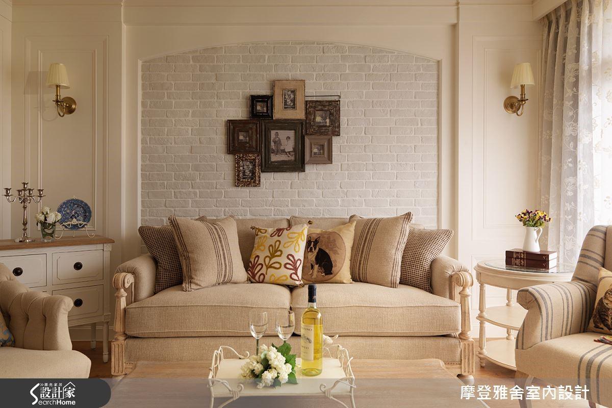 鄉村風也可以挑一張溫馨厚實的淺色系沙發。