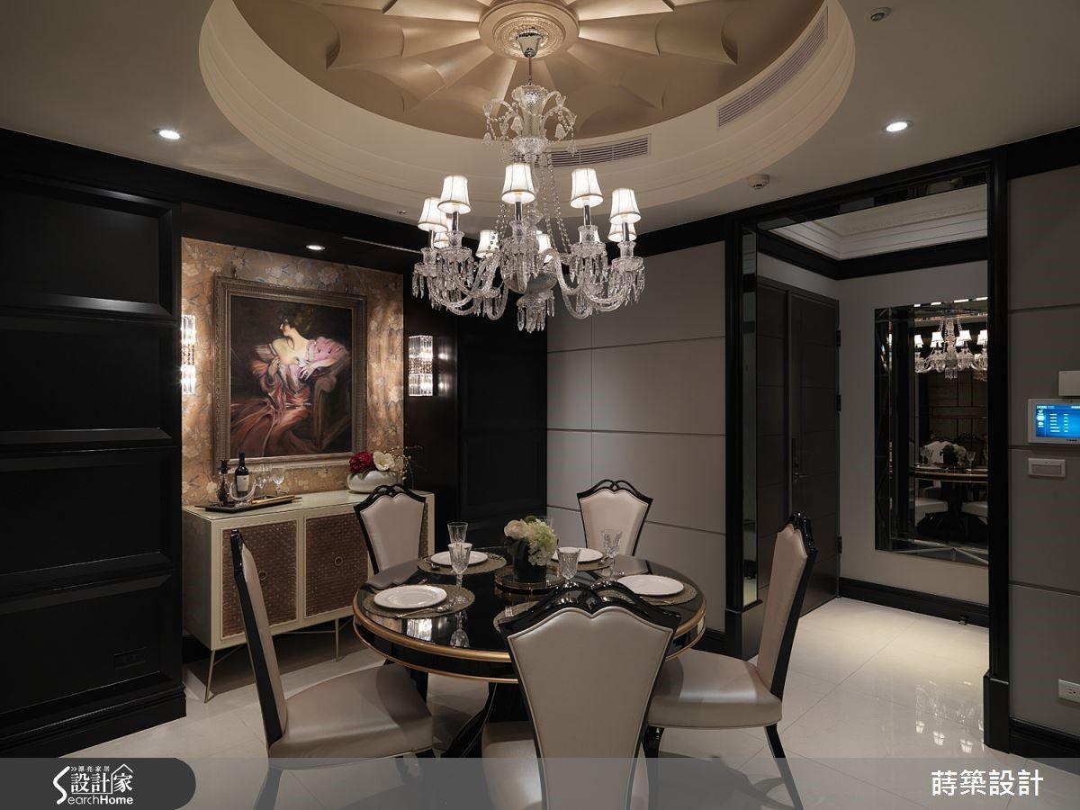 以灰、黑2 種顏色,造就出典雅穩重的古典氛圍,華麗的水晶燈飾、對稱的線板設計,還有壁面溝槽處理,細節相當到位。