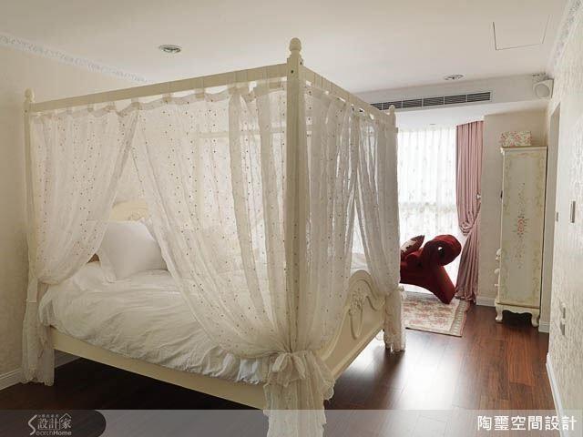 櫃體利用蛇型線條展現精緻氛圍,搭配四柱紗帳大床,充滿貴族氣息。