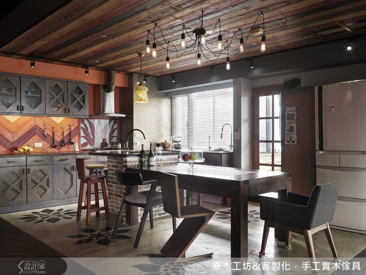 開放式的餐廚空間,是家中的核心集聚處,女屋主十分好客,更喜歡開放空間帶來的互動感.清水泥地崁入原木雕花,材質的衝擊與應用,平衡了工業風水泥的冰冷,為空間帶來全新亮點,工藝繁複,是屋主與設計師都愛不釋手的傑作。