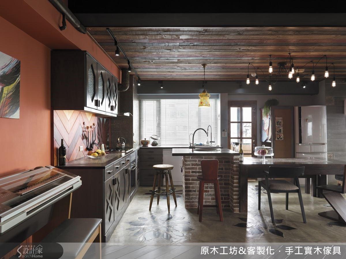 避免工業風餐廚空間管線外露易卡油煙的考量,設計師以原始紅、黑、木三色木建材拼接作為天花板的設置,保留工業風的粗曠,也避免油煙的積存.爐灶概念的磚砌中島,是屋主小時候家中的回憶.餐廚空間營造了屋主的個性、喜好,也保留了濃濃的兒時記憶。